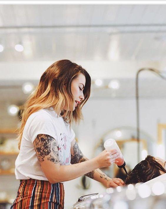 Việc tham khảo ý kiến của nhà tạo mẫu tóc là cực kỳ quan trọng khi nhuộm tóc