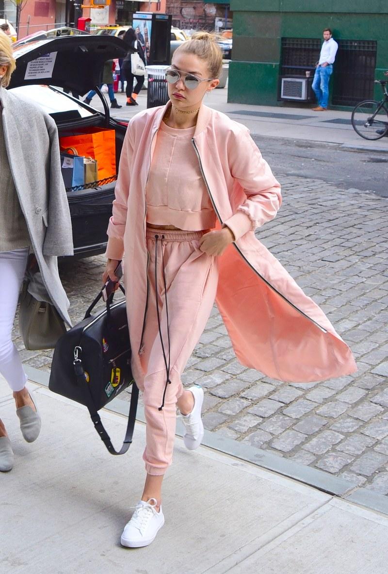 Gigi Hadid ngọt ngào và thời thượng với cả cây hồng trendy