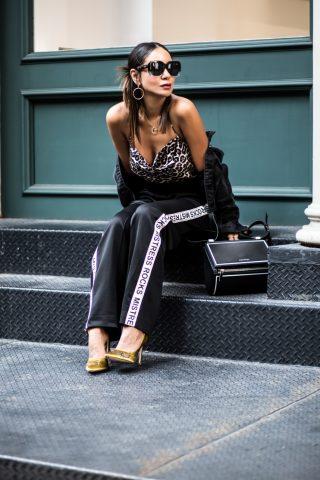 Áo 2 dây kết hợp cùng quần trackpant và giày cao gót nổi bật