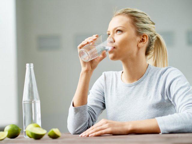 làm đẹp da mặt bằng cách uống đủ nước