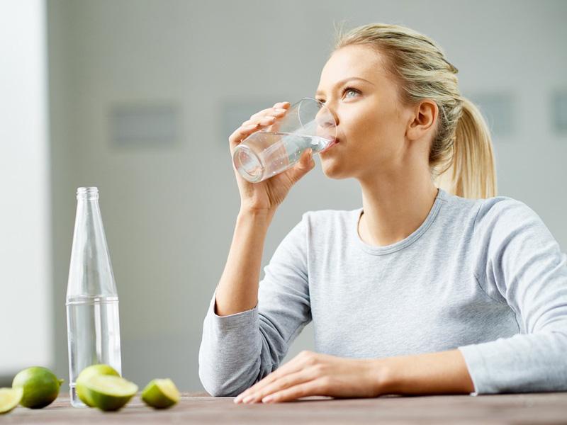 uống nước để hết mụn