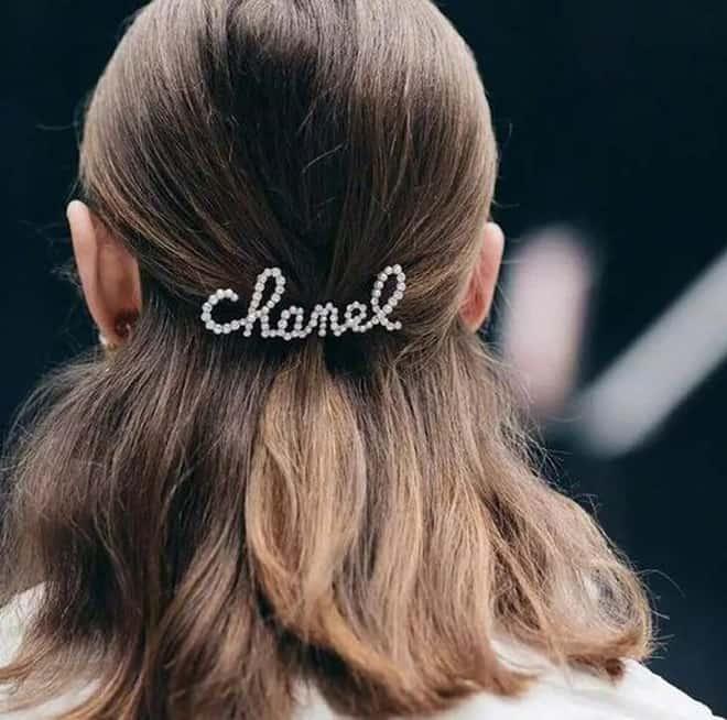 Tóc buộc nửa đơn giản cực hợp với tóc uốn ngang vai