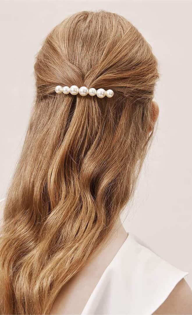 Tóc buộc nửa đơn giản cực hợp với mái tóc dài