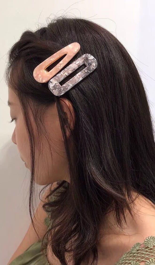 Tóc kẹp bên cũng không phải là lựa chọn tồi cho các bạn có mái tóc uốn dài hoặc uốn ngắn ngang vai