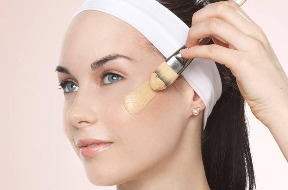 sử dụng kem che khuyết điểm cho làn da bị mụn