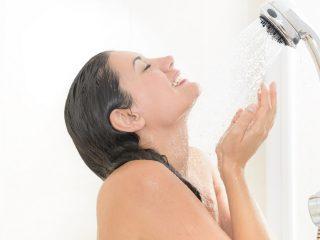 Vì sao bạn phải ngừng việc rửa mặt dưới vòi sen khi tắm?
