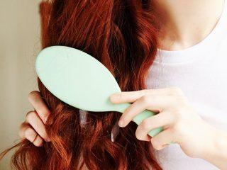 """Rụng tóc nhiều ở nữ chính là do những lần bạn """"vô tình"""" thế này đây"""