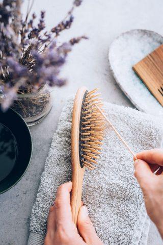 Làm sạch các dụng cụ tạo kiểu cũng là một tip để có được những kiểu tóc đẹp đấy nhé!