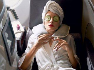 """Sản phẩm skincare bạn nên mang theo trong chuyến bay của mình để tránh mụn """"làm loạn"""" trên da"""