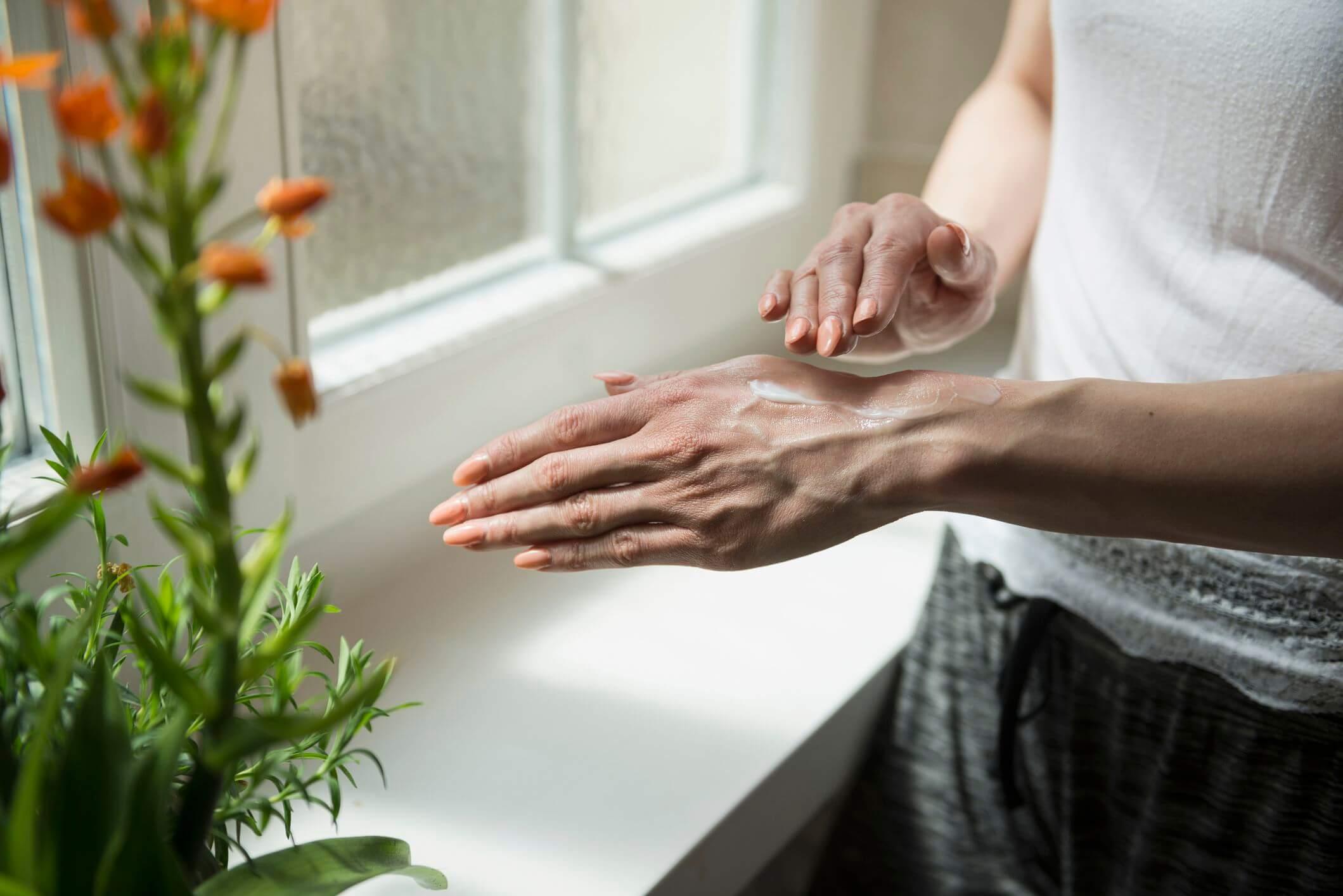 Đừng quên sử dụng kem chống nắng cho da tay