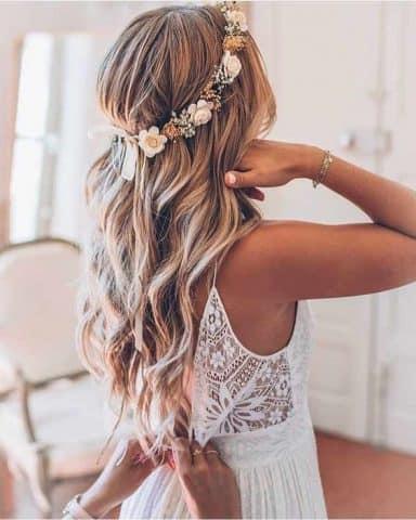 Nếu thích kiểu buộc nửa đầu nhẹ nhàng, bạn có thể thử 10 kiểu tóc này trong ngày cưới của mình