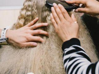 Không vệ sinh dụng cụ tạo kiểu thường xuyên thì chẳng tránh sao tóc cứ hư tổn bạn nhé!