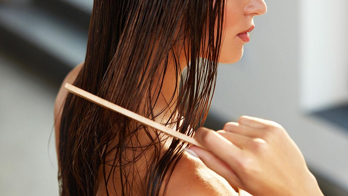 chải tóc khi còn ướt gây chẻ ngọn tóc