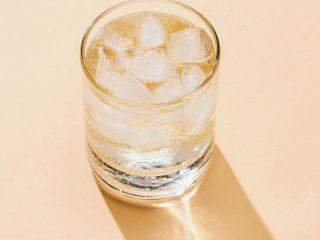 Trend mới từ Nhật Bản: Rửa mặt bằng nước có ga, lợi hay hại?