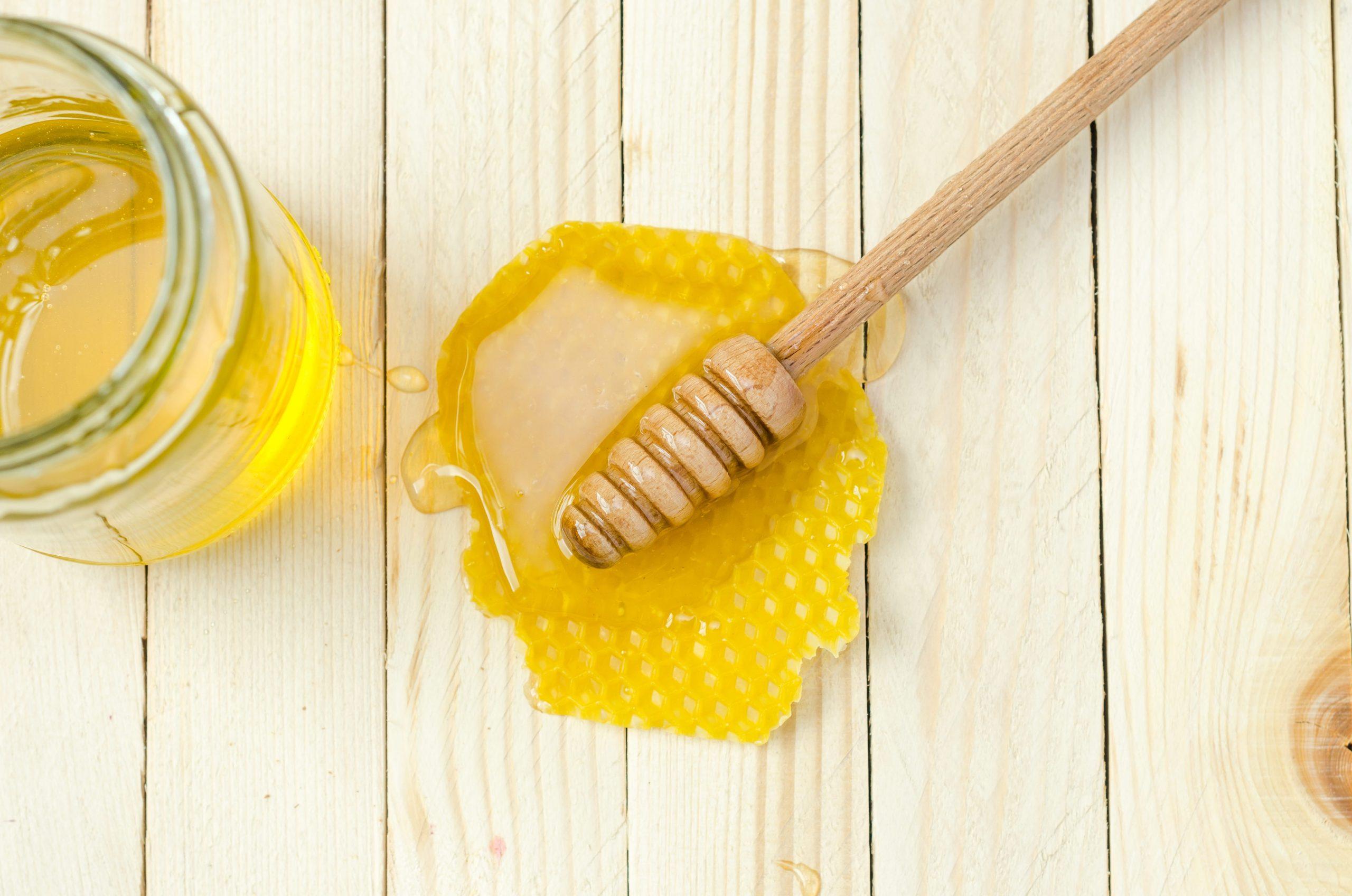 Trị vết thâm ở chân lâu năm do gãi ngứa bằng mật ong