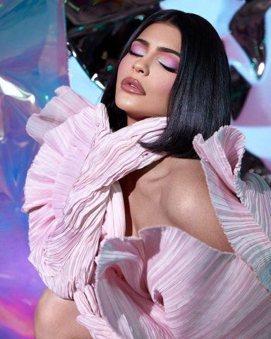 """Cùng """"check giá"""" bộ mỹ phẩm hàng hiệu sang chảnh mà Kylie hợp tác cùng Balmain"""