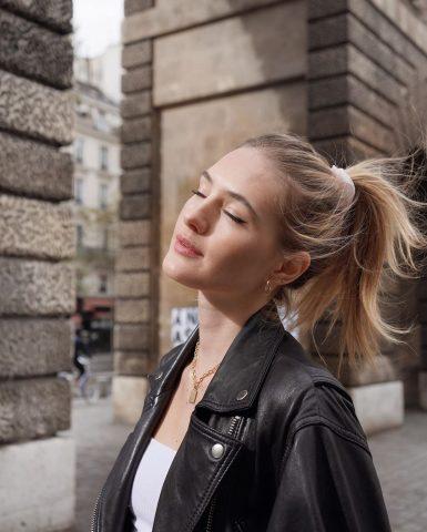 Chiếm trọn spotlight chỉ với mái tóc óng mượt khi dùng dầu dừa là chuyện có thật đấy nàng ạ!