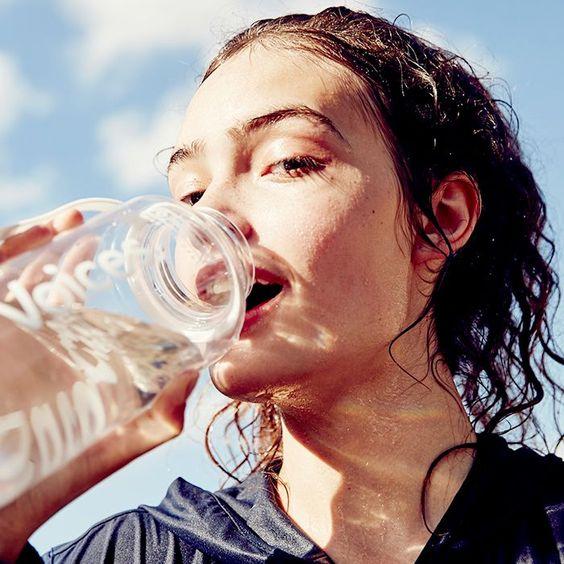 Uống nhiều nước để chăm sóc da mặt