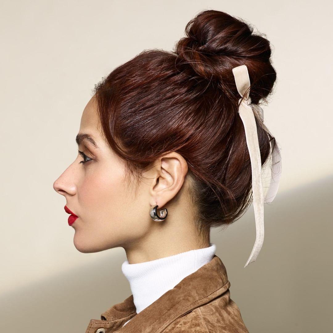 búi tóc để có mái tóc xoăn bồng bềnh