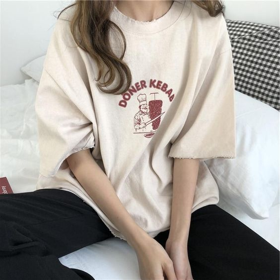 mix quần áo với áo phông và quần ống rộng