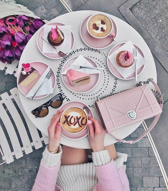Think Pink {} Uma inspiração bem cheia de rosa para começar a sexta-feira  Não sei se quero mais essa bolsa a louça rosa ou todos os doces  E vcs escolhem qual????