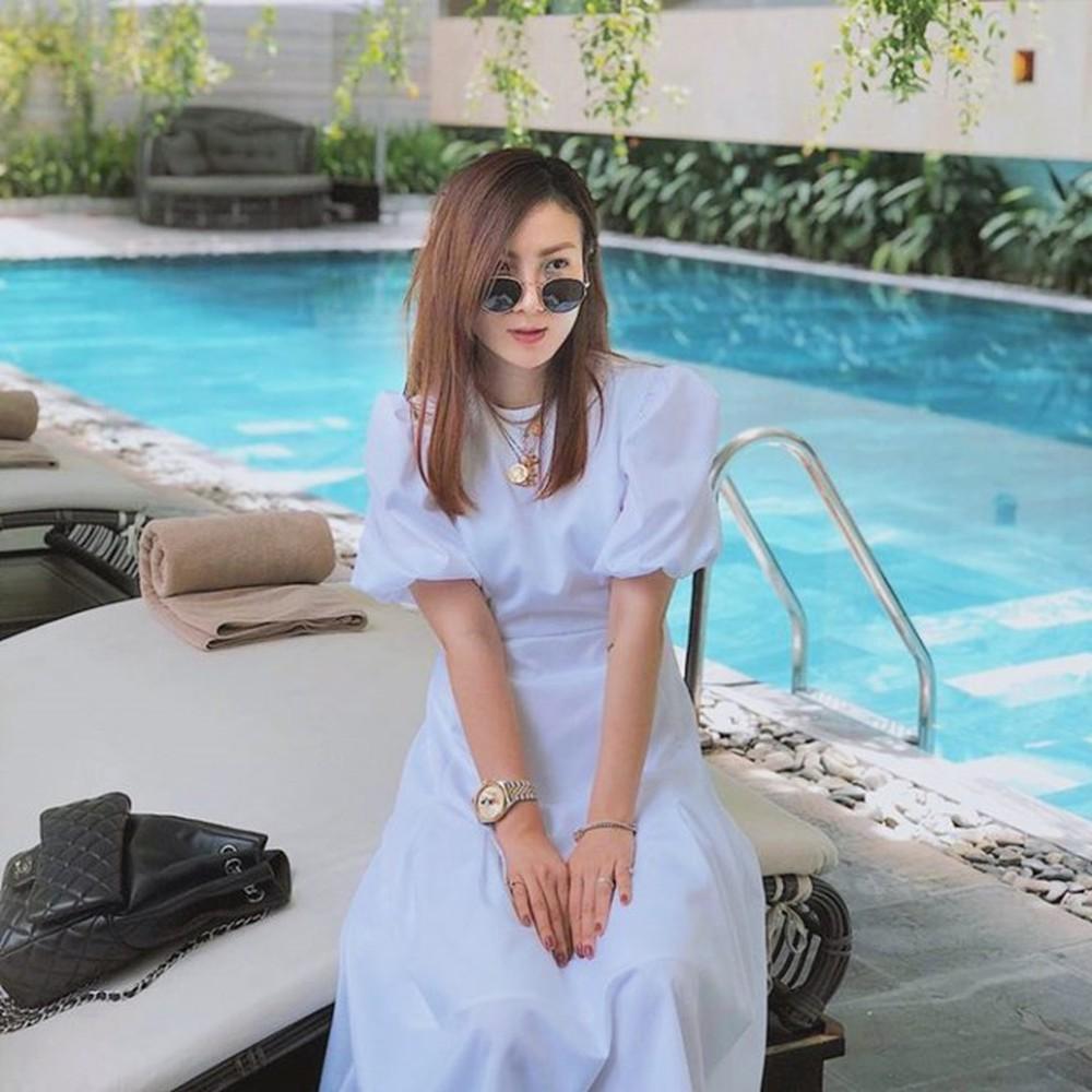trang phục mùa thu với Đầm cổ vuông tay bồng chân váy midi