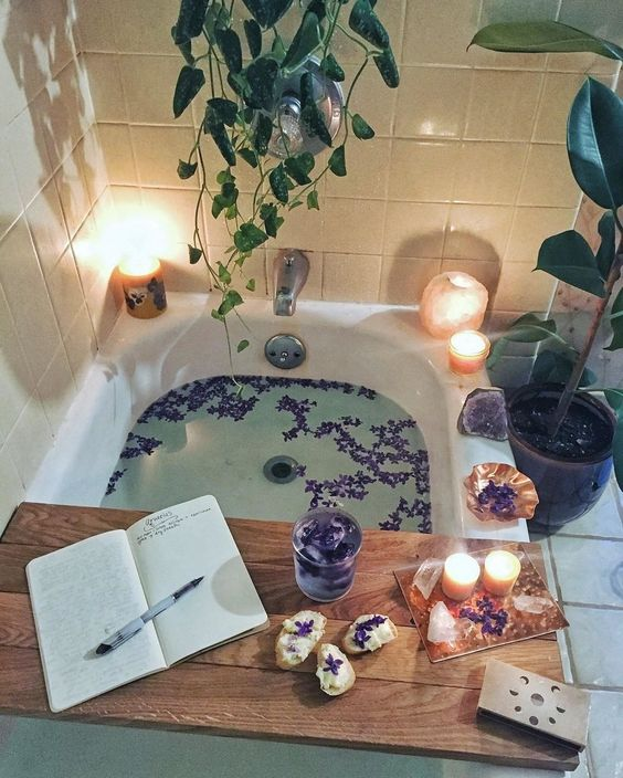 Anyone else want to end their week here? We think so! ??? The perfect sanctuary created by the lovely @rootsandcrownspdx ??✨