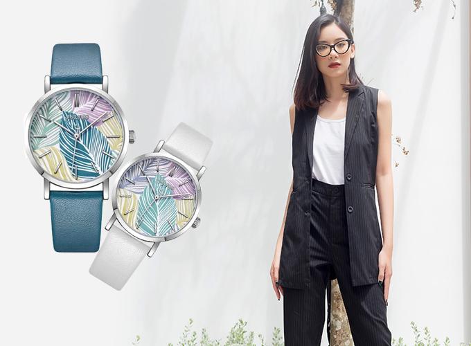 Cô nàng phong cách cá tính có thể lựa chọn mẫu áo dáng dài hai túi cá tính, cùng đồng hồ nữ dây da JA-1090 màu trắng hoặc xanh dương.
