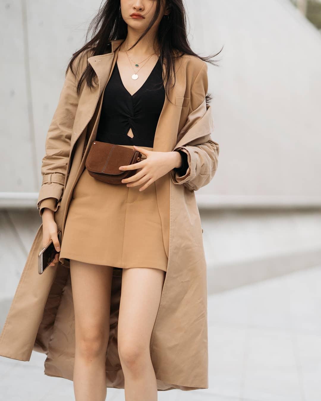 Áo len và chân váy da phối cùng trend coat