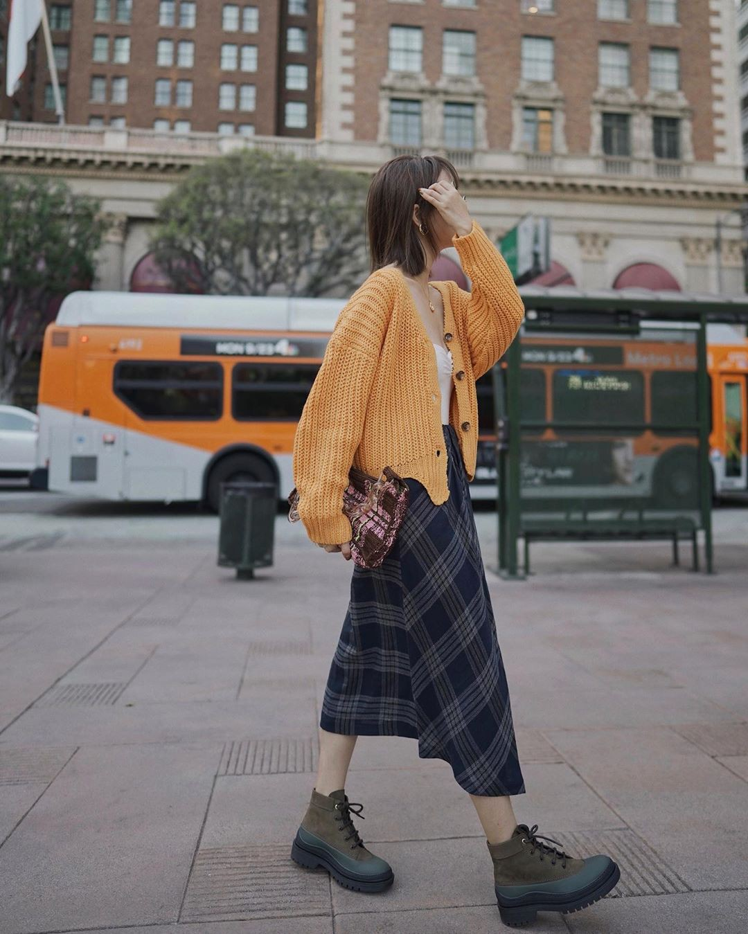 trang phục mùa thu với chân váy midi áo cardigan
