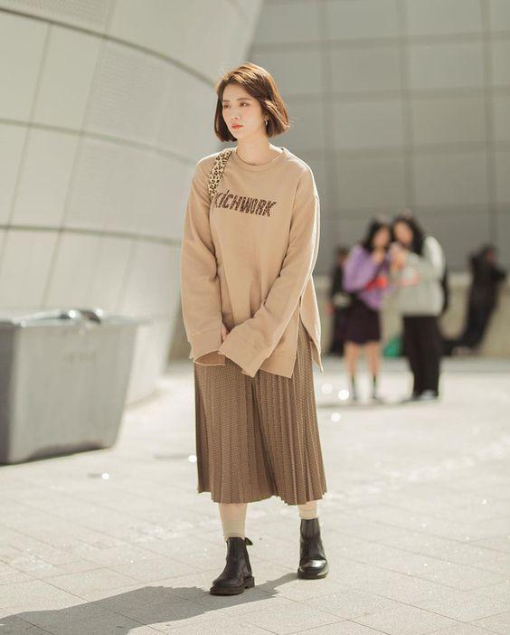 Ngắm street style giới trẻ Hàn tuần qua, bạn sẽ gom được cả rổ cách phối đồ thoải mái mà đẹp quên sầu cho thu này - Ảnh 1.