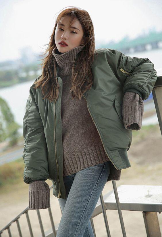 Phối áo bomber nữ với áo len cổ lọ