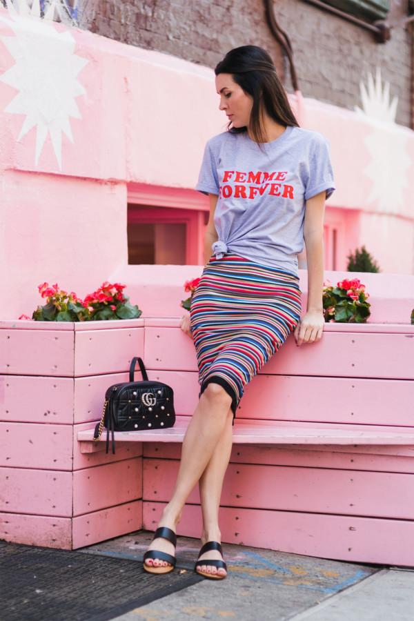 mix chân váy da với T-shirt đơn giản