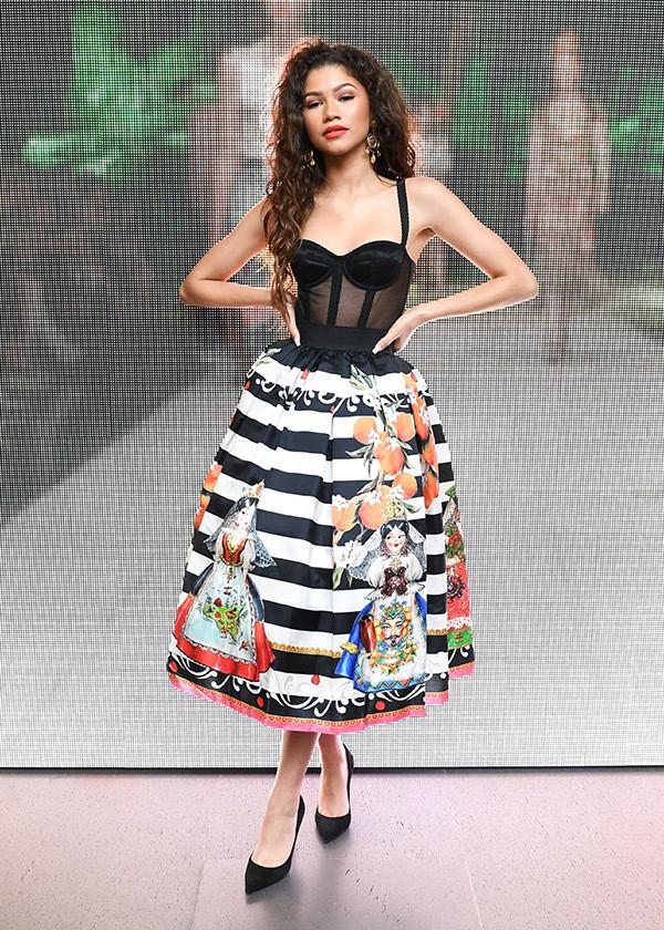mix chân váy với áo thun kiểu corset ôm sát