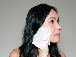 """Đừng để việc dùng khăn lau khô mặt lại là """"điểm yếu chí mạng"""" khi chăm sóc da của bạn!"""