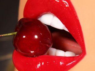 Tẩy da chết cho môi với petroleum jelly, bạn thử chưa?