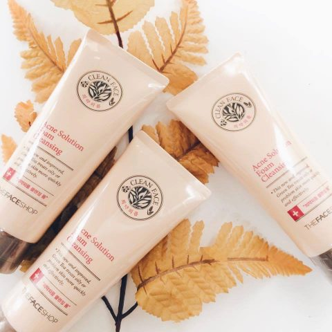Vừa trị mụn lại trắng da chính là sữa rửa mặt The Face Shop Clean Face Acne Solution Foam Cleansing!