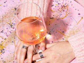 Uống rượu quá nhiều thì chẳng còn má đỏ hây hây mà da ửng đỏ vì dị ứng thì khổ đấy!