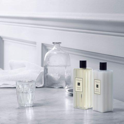 Vừa giúp tóc bóng mượt vừa làm thơm tóc chính là Lime Basil & Mandarin Shampoo của Jo Malone rồi!