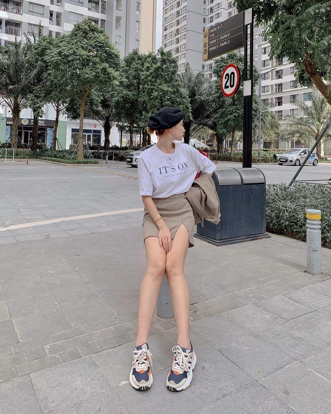 Chân váy ngắn và áo croptop