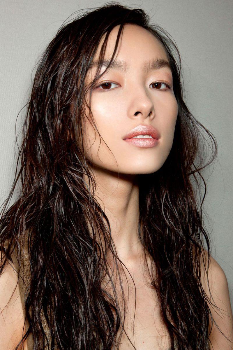 Dầu Marula có thể được chà xát vào ngọn tóc để giúp loại bỏ tóc chẻ ngọn và khô