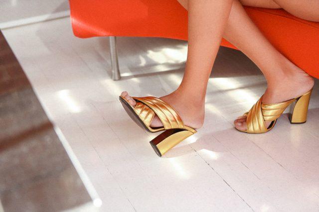 Để tự tin diện sandal hoặc dép xỏ ngón thì bạn không được quên tẩy da chết bàn chân đâu nhé!
