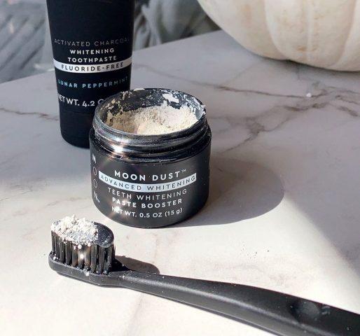 Dùng bột tẩy trắng răng sai cách, lợi bất cập hại!
