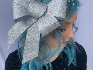 Tóc uốn đuôi + kẹp nơ – vũ khí của nàng dịp Giáng Sinh