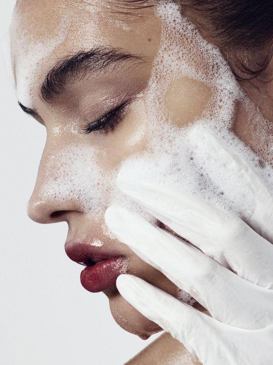 Rửa mặt sạch trước lúc sử dụng