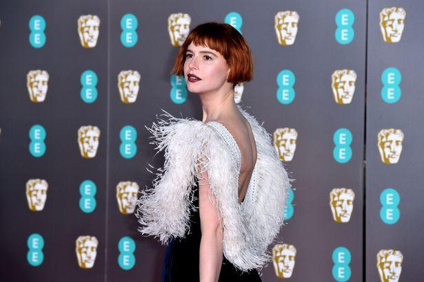 8 best beauty look từ thảm đỏ BAFTAs 2020
