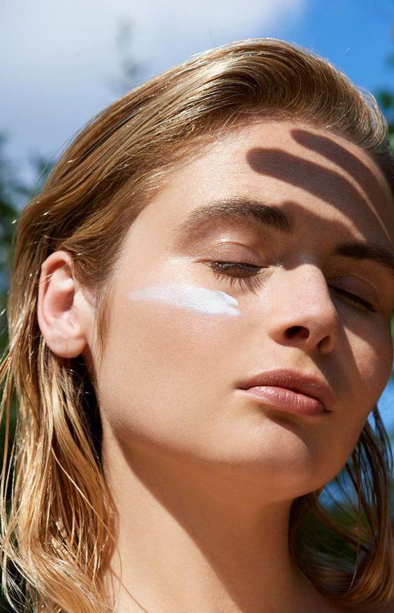 làm đẹp da mặt bằng cách dùng kem chống nắng
