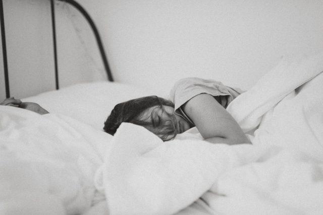 Tập thể dục sương sương trước khi đi ngủ và những lợi ích ai cũng bất ngờ