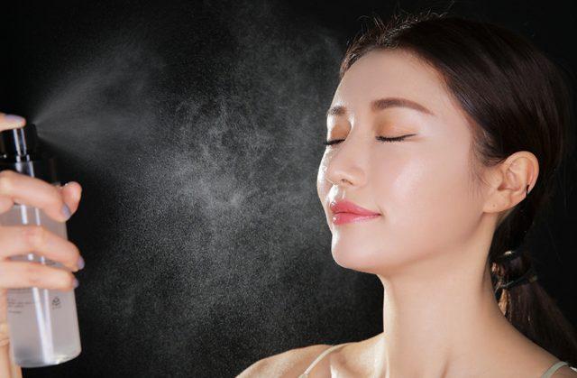 Một bước skincare không thể thiếu cho làn da nhạy cảm chính là xịt khoáng
