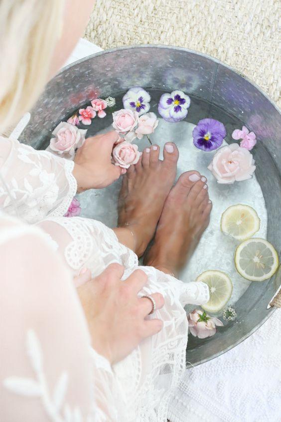 chăm sóc da tay chân bằng cách ngâm nước nóng